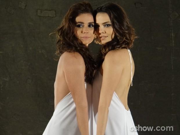 Clara e Marina posam juntinhas em clima de cumplicidade (Foto: Em Família/TV Globo)