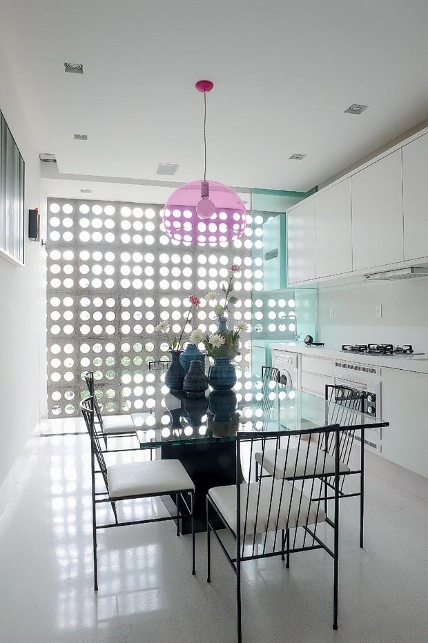 ESTRUTURA EXPOSTA: Em resgate à estética do prédio, o designer gráfico Adonis Galvão trocou a parede da cozinha por um fechamento com vidros. Assim, o elemento original da fachada foi aproveitado esteticamente, além de proporcionar luz e ventilação natura (Foto: Marcelo Magnani/Editora Globo)