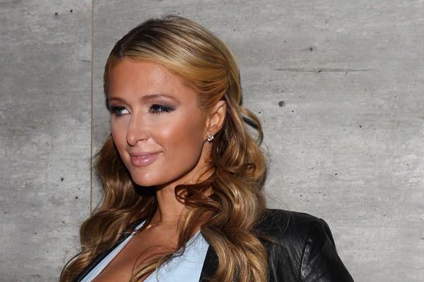 Paris Hilton admite ter pequenas superstições como bater na madeira quando dizem algo que ela não quer que aconteça e sempre fazer um desejo às 11:11. (Foto: Getty Images)