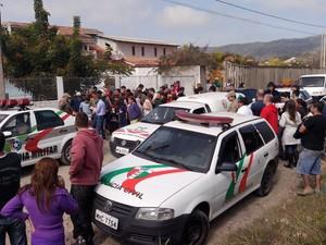 Moradores circulam no local onde houve confronto dos assaltantes com a polícia. (Foto: Luiz Souza / RBS TV)