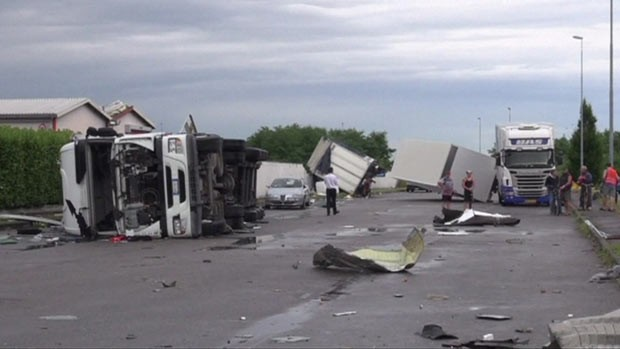Fenômeno meteorológico varreu área industrial da cidade italiana, destruindo carros e prédios. (Foto: BBC)