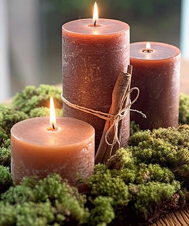 O conjunto de três velas, uma de cada altura, pode decorar um aparador. O musgo dá o charme (Foto: Iara Venanzi/Editora Globo)