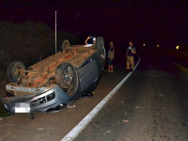 Mulher foi arremessada para fora do veículo durante acidente em que carro capotou (Foto: Jaru Online/Reprodução)