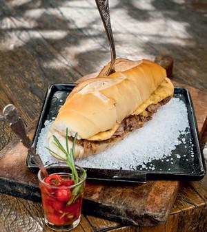 Sanduíche de pernil - O assado toma tempo, mas não é trabalhoso. Tábua Bonsucesso Antiguidades (Foto: Ricardo Corrêa)