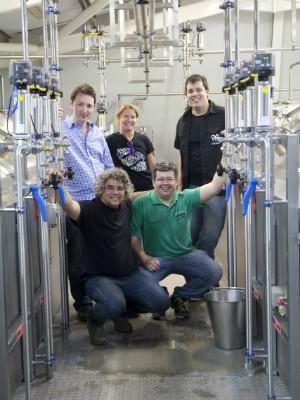 Os mestres-cervejeiros Samuel e Paulo Cavalcanti (abaixados) com equipe da Adnams rewery (Foto: Arquivo Pessoal)