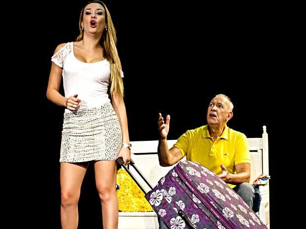 Os atores Claudio Cunha e Alexandra Dias encenam a peça 'Pra corno todo castigo é pouco' (Foto: Eder Marcelo Gaioski/Divulgação)
