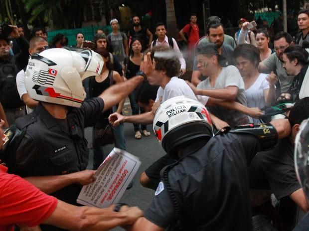 PM joga spray de pimenta durante confusão em frente à escola ocupada, em SP (Foto: Tiago Queiroz/Estadão Conteúdo)