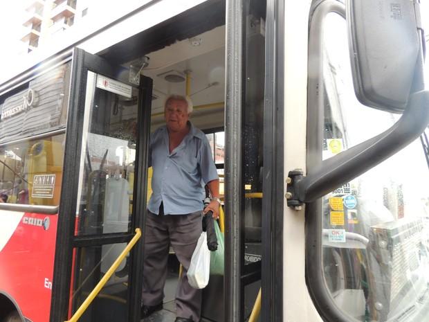 O aposentado Aloísio e muitos idosos acham os ônibus mais seguros e melhores que as vans (Foto: Carolina Paes)
