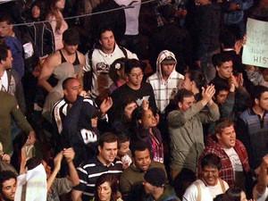 Manifestantes se concentram no início da noite em frente à Câmara de Sumaré (Foto: Reprodução EPTV)