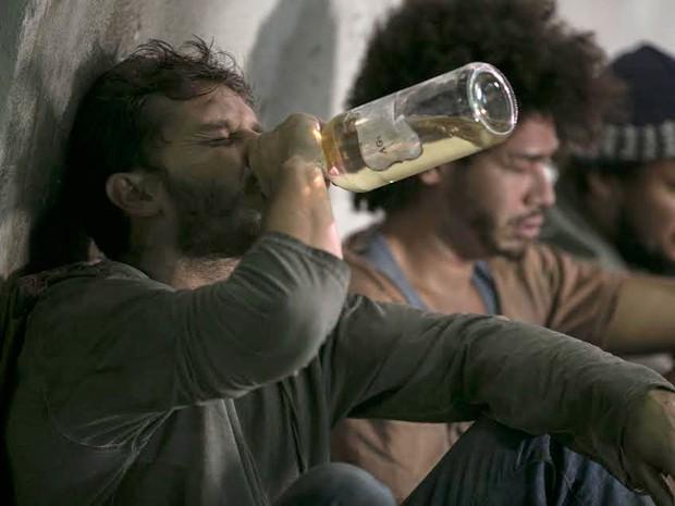 Léo resolve afogar as mágoas na bebida (Foto: Inácio Moraes/Gshow)
