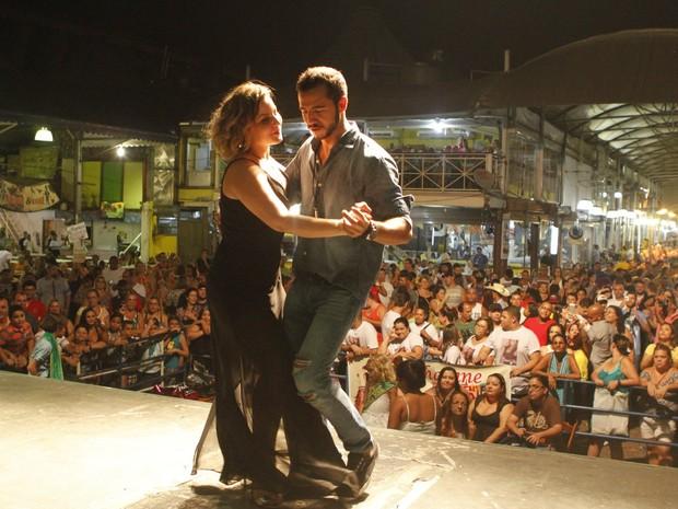 Cacau e Matheus dançam em palco (Foto: Anderson Barros/EGO)