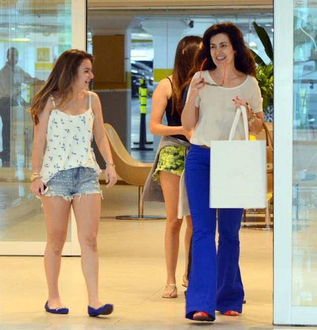 Fatima Bernardes com as filhas em shopping (Foto: Marcus Pavão/Agnews)
