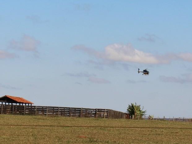 Helicóptero da PRF sobrevoou fazenda Madama, em Coronel Sapucaia, após confronto entre indígenas e produtores rurais (Foto: Juliene Katayama/G1 MS)