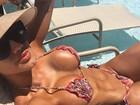 Janaina Santucci relaxa em praia após estreia no Carnaval