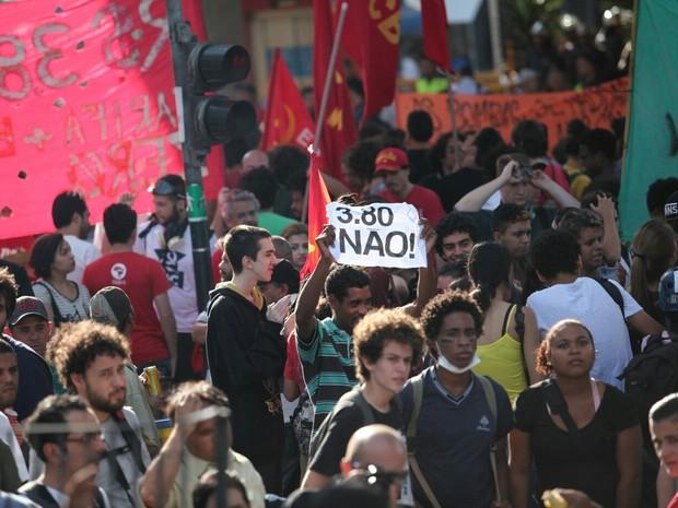 Cartaz contra aumento da tarifa para R$ 3,80 em concentração do ato do MPL (Foto: Marcelo Brandt/G1)