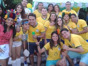 """Grupo de amigos dos """"Paquitos e paquitas"""" preferiu curtir a festa na avenida. (Foto: Gilcilene Araújo/G1)"""