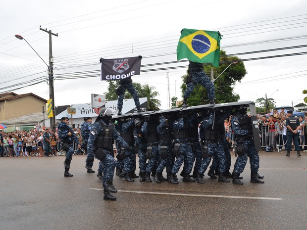 Equipe do Grupo Tático Municipal (GTAM) se apresentou pela primeira vez na avenida (Foto: Valéria Oliveira/G1)