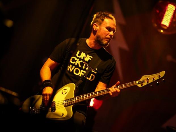 Jeff Ament, baixista do Pearl Jam, se apresenta com a banda no Estádio do Morumbi, em São Paulo (Foto: Fabio Tito / G1)