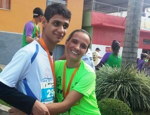 Rodrigo Barbosa com a mãe, Janete de Freitas: paralisia cerebral é superada com caminhadas (Foto: Janete de Freitas/Arquivo pessoal)