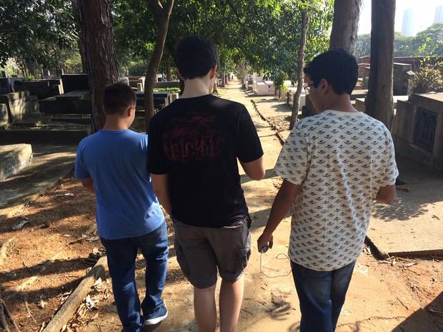 Adolescentes caminham em cemitério jogando; alguns chegam sozinhos e fazem amizade no local (Foto: Will Soares/G1)