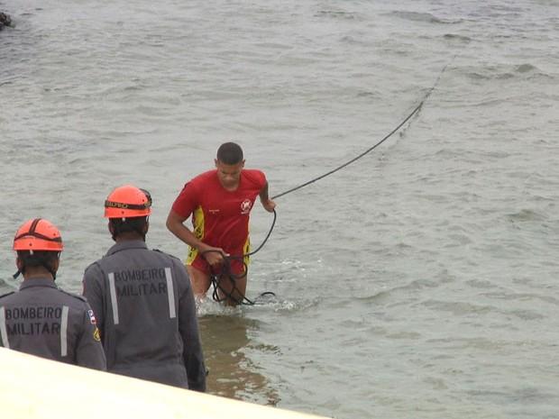 Vítima foi resgatada com a ajuda de cordas na região da Barra (Foto: Imagens / TV Bahia)