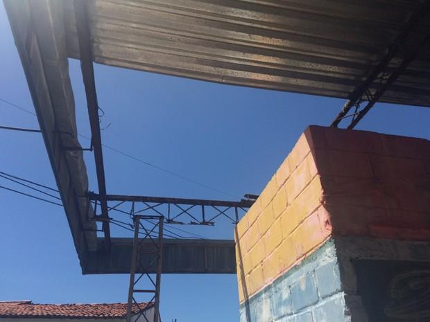 Telhado tem parte do alumínio arrrancada (Foto: Carolina Sanches/G1)