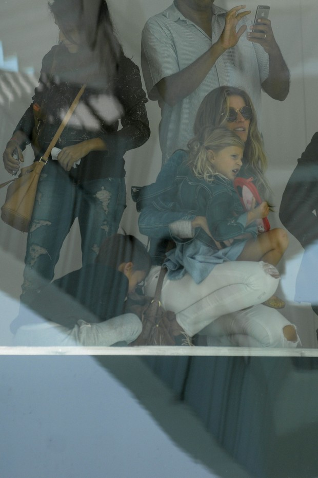 Gisele Bündchen com a filha, Vivian (Foto: Vinicios / Brazil News)