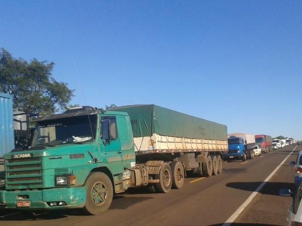 Filas de veículos na BR-262 entre Campo Grande e Ribas do Rio Pardo (Foto: Osvaldo Nóbrega/ TV Morena)