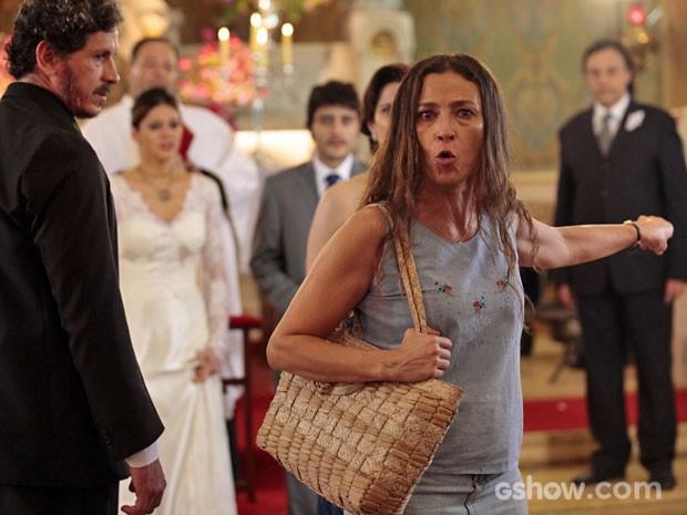 Maria invade casamento e acusa Laerte de tentar matar Virgílio (Foto: Pedro Curi / TV Globo)