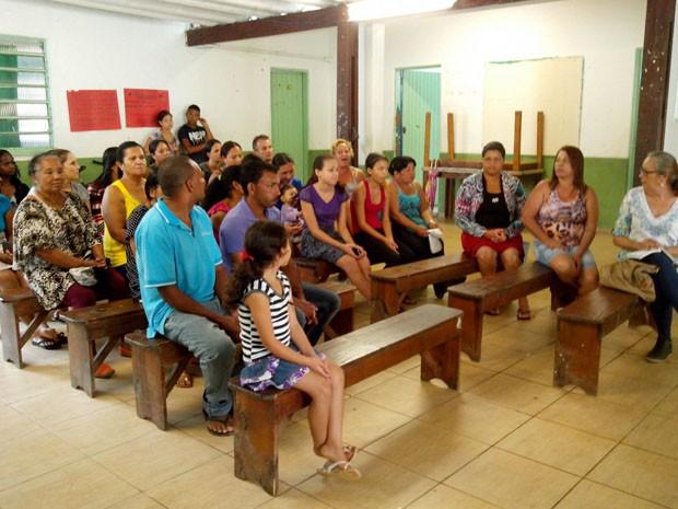 Pais de alunos se reúnem na escola Pé da Serra (Foto: Leyla Raquel Davies/Arquivo Pessoal)