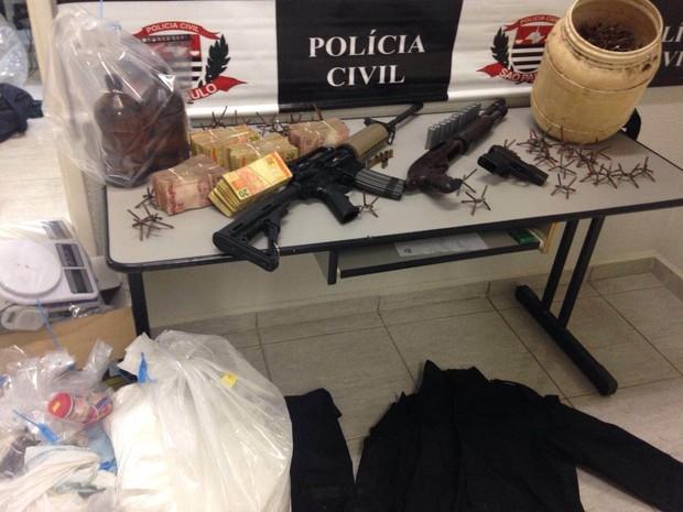 Polícia mostra fuzil, escopeta e pregos similares aos utilizados durante o assalto à Protege (Foto: Divulgação/Polícia Civil)