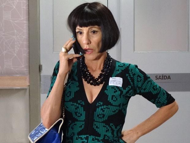 Melissa se desespera ao telefone, mas continua se fazendo de sonsa (Foto: Amor Eterno Amor/ TV Globo)