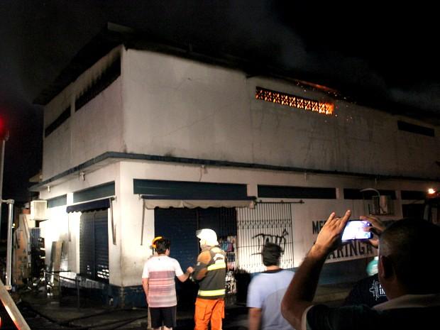 Incêndio atingiu depósito de comércio no início da noite deste sábado (19) (Foto: Jamile Alves/G1 AM)
