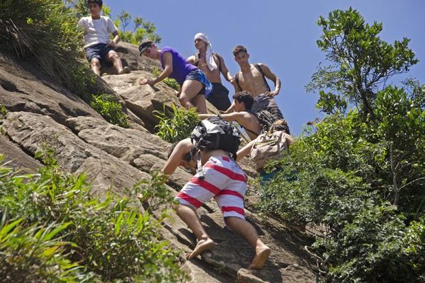Congestionamento de jovens que descem e sobem o paredão da Carrasqueira, todos procurando um melhor espaço para seu corpo.  (Foto: © Haroldo Castro/ÉPOCA)
