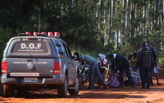 Policiais do Departamento de Operações de Fronteira (DOF)  durante operação na estrada que liga  Ponta Porã a Coronel Sapucaia no Mato Grosso do Sul. (Foto: Adriano Machado/ Época)