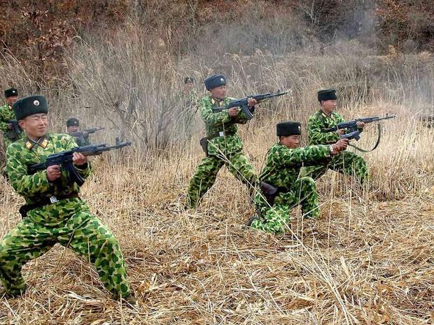 Soldados norte-coreanos disparam durante treinamento em local não divulgado, em imagem disponibilizada pela agência de notícias do país, a KCNA, em Pyongyang. A tensão entre o país, seu vizinho do sul e os EUA tem aumentado nos últimos dias. (Foto: Reuters/KCNA)