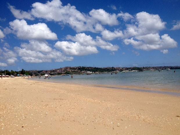 Orla da praia de Tubarão, no subúrbio de Salvador (Foto: Henrique Mendes / G1)