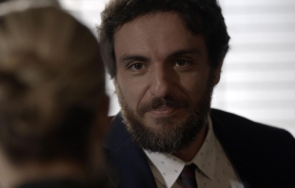 Mas o que Caio quer mesmo é achar alguma brecha no depoimento da policial contra Rubinho  (Foto: TV Globo)