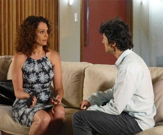 Irene diz a Caio que não tem mais condições de adotar uma criança  (Foto: Juliana Freitas/Gshow)
