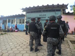 Revista no Compaj contou com efetivo de 150 policiais (Foto: Mônica Dias/G1 AM)