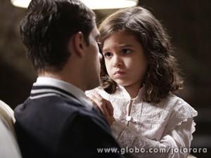 Será que o rapaz vai ajudar a sobrinha? (Foto: Fábio Rocha/ TV Globo)
