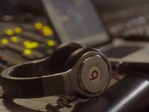 Um dos fones de ouvido da Beats Electronics, comprada pela Apple por um valor total de US$ 3 bilhões.