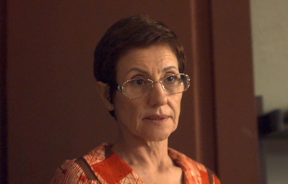 Vera chega e é ríspida com Rimena ao vê-la conversando com Gustavo (Foto: TV Globo)