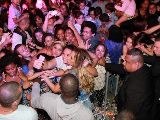 Valesca Popozuda posa com fãs durante show no Rio (Foto: Graça Paes/ Foto Rio News)