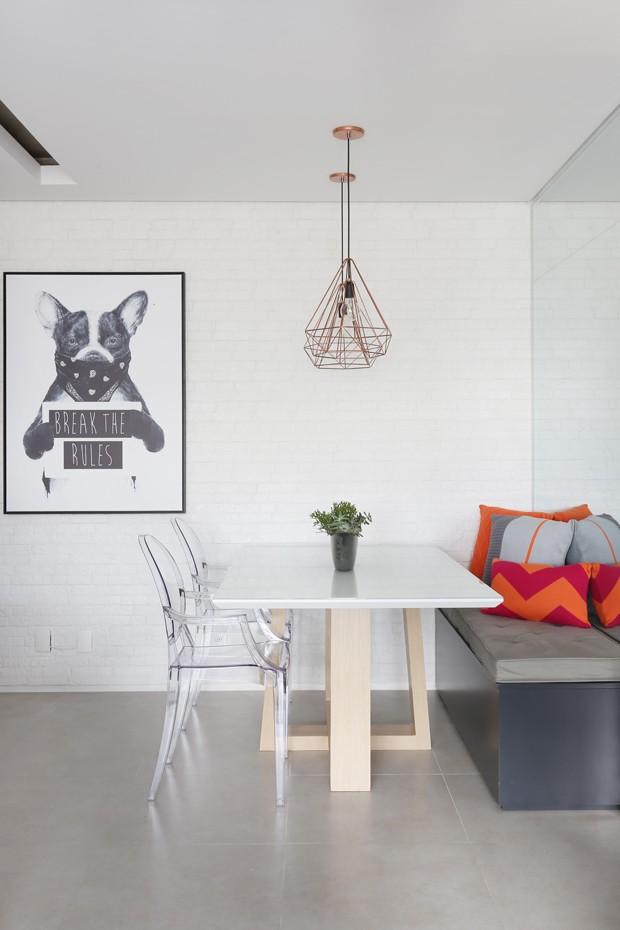 SALA DE JANTAR | A mesa de jantar, desenhada pelo escritório Biachi & Lima Arquitetura, ganhou cadeiras Ghost à venda na Cadeiras Design. Pendentes Aramado da Mais Led. Quadro da Urban Arts (Foto: Mariana Orsi/Divulgação)