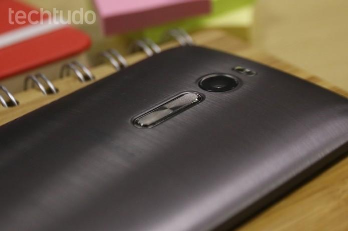 Zenfone 2 tem design com efeito de aço escovado e botão na traseira (Foto: Lucas Mendes/TechTudo)