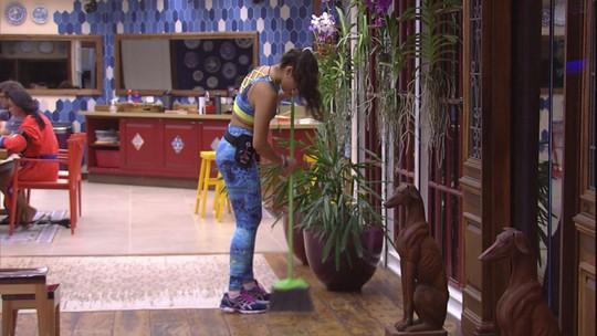 Emilly varre a sala enquanto o Tá com Nada almoça