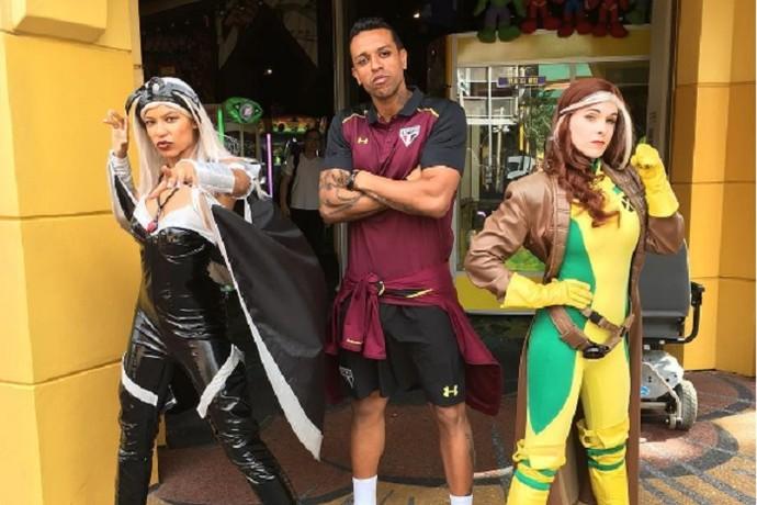 Sidão, goleiro do São Paulo, e heróis do X-Men em parque de Orlando (Foto: Reprodução)
