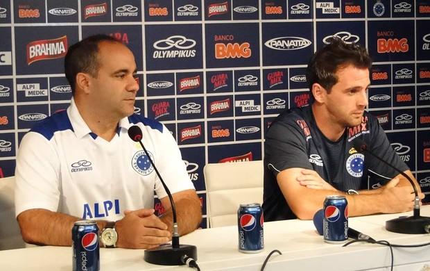 Dr. Sérgio Freire Júnior e Montillo, do Cruzeiro (Foto: Marco Antônio Astoni / Globoesporte.com)