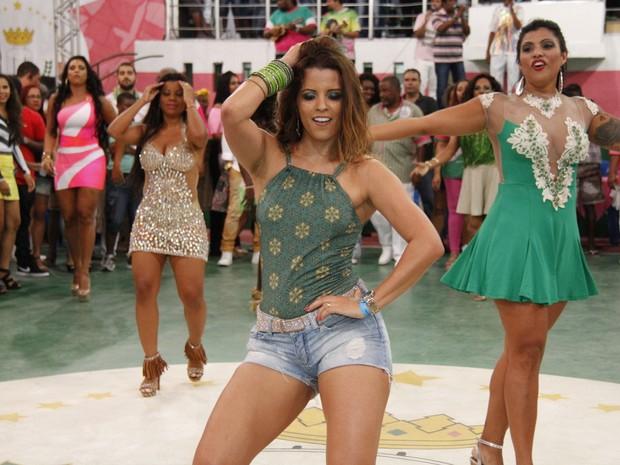 Renata Santos na quadra da Mangueira, na Zona Norte do Rio (Foto: Thiago Mattos/ Divulgação)